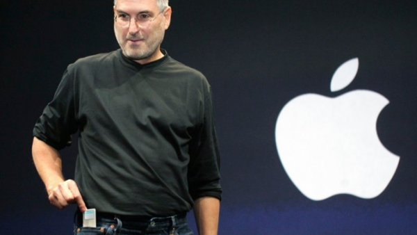 Steve-Jobs-introduces-iPod-nano-Motorola-ROKR-Apple-Special-Music-Event-2005